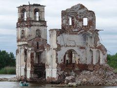 Überreste der Kirche von Krochino im Weissen See