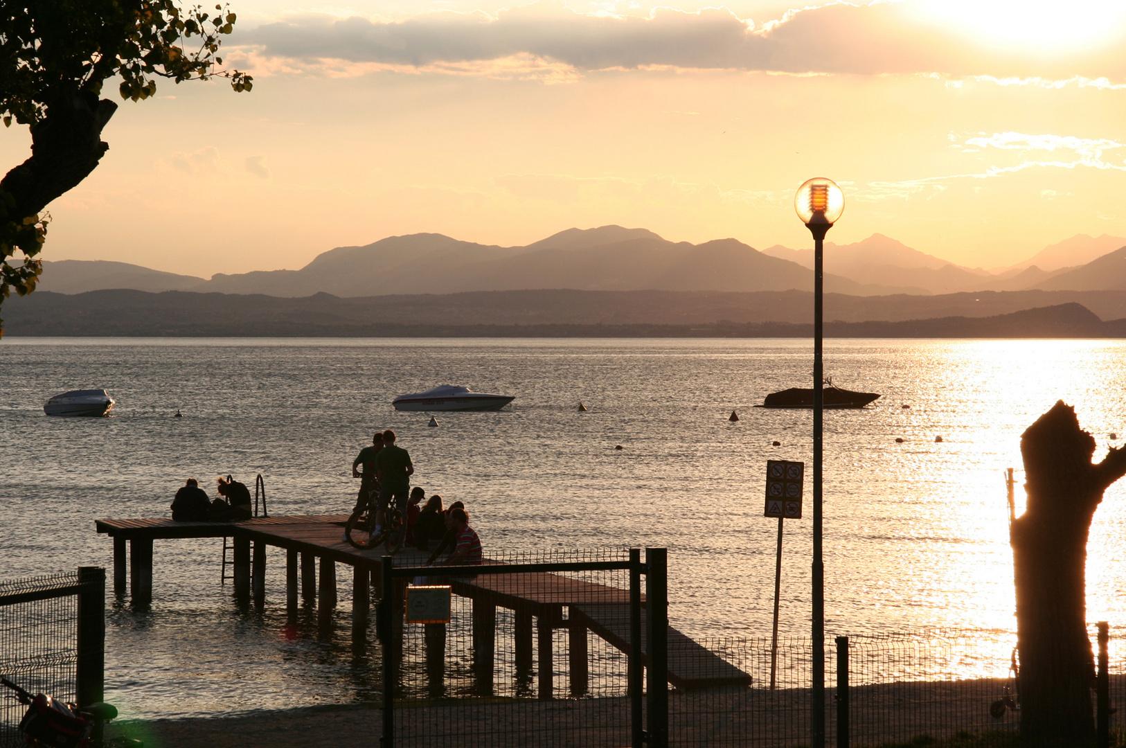 Ufersteg im Abendlicht beim Gardasee