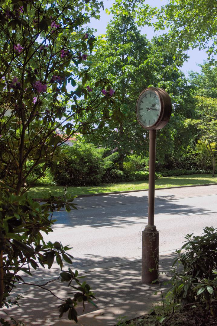 Uhr an der Straße