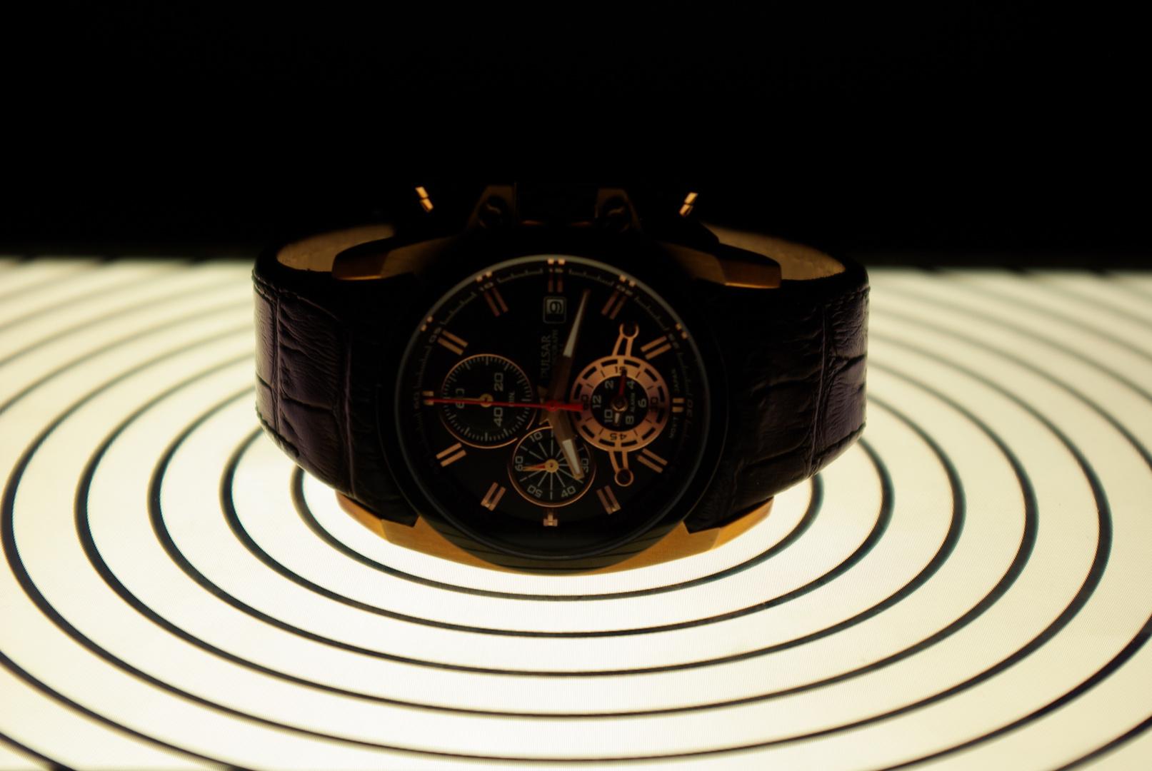 Uhr auf Ceranfeld ...
