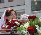 Umgeben von Roten Rosen und Lilien