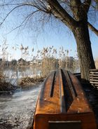 Umgedrehtes Boot an der Havel im Winter