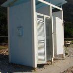 Umkleidekabine mit Briefkasten auf der griechischen Insel Korfu