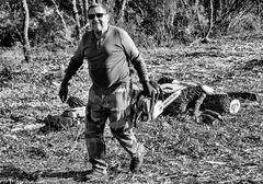 Un coupeur de bois heureux