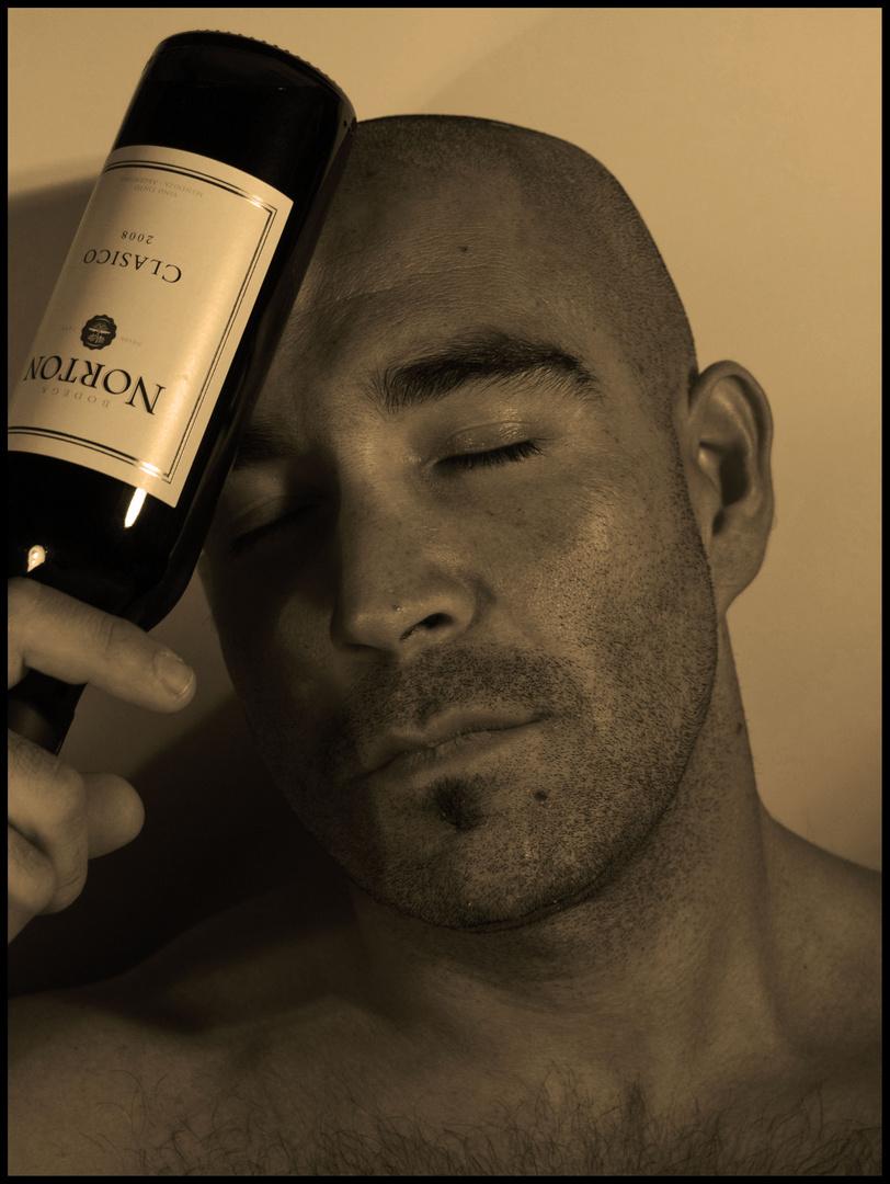 Un hombre y una botella