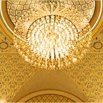Un lustre dans la salle d'entrée du Palais