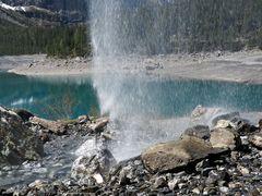 Un magnifique lac de montagne! - Der Oeschinensee durch einen Wasserfall hindurch gesehen.