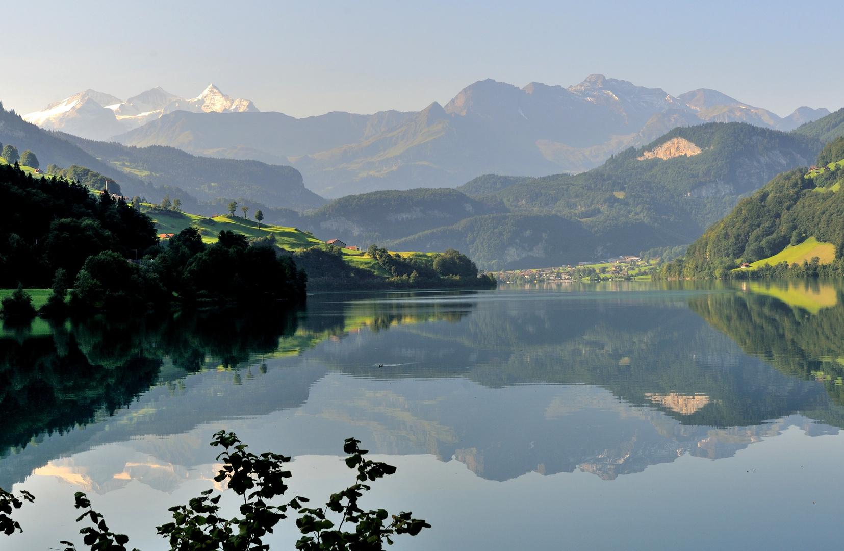 Un matin, le lac de Lungern et les Alpes bernoises ...
