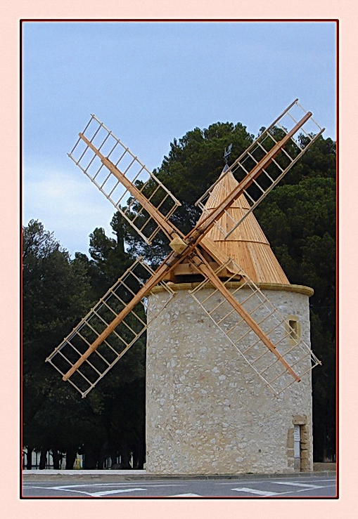 Un moulin en guise de rond-point ?