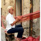 Un pescatore all'opera