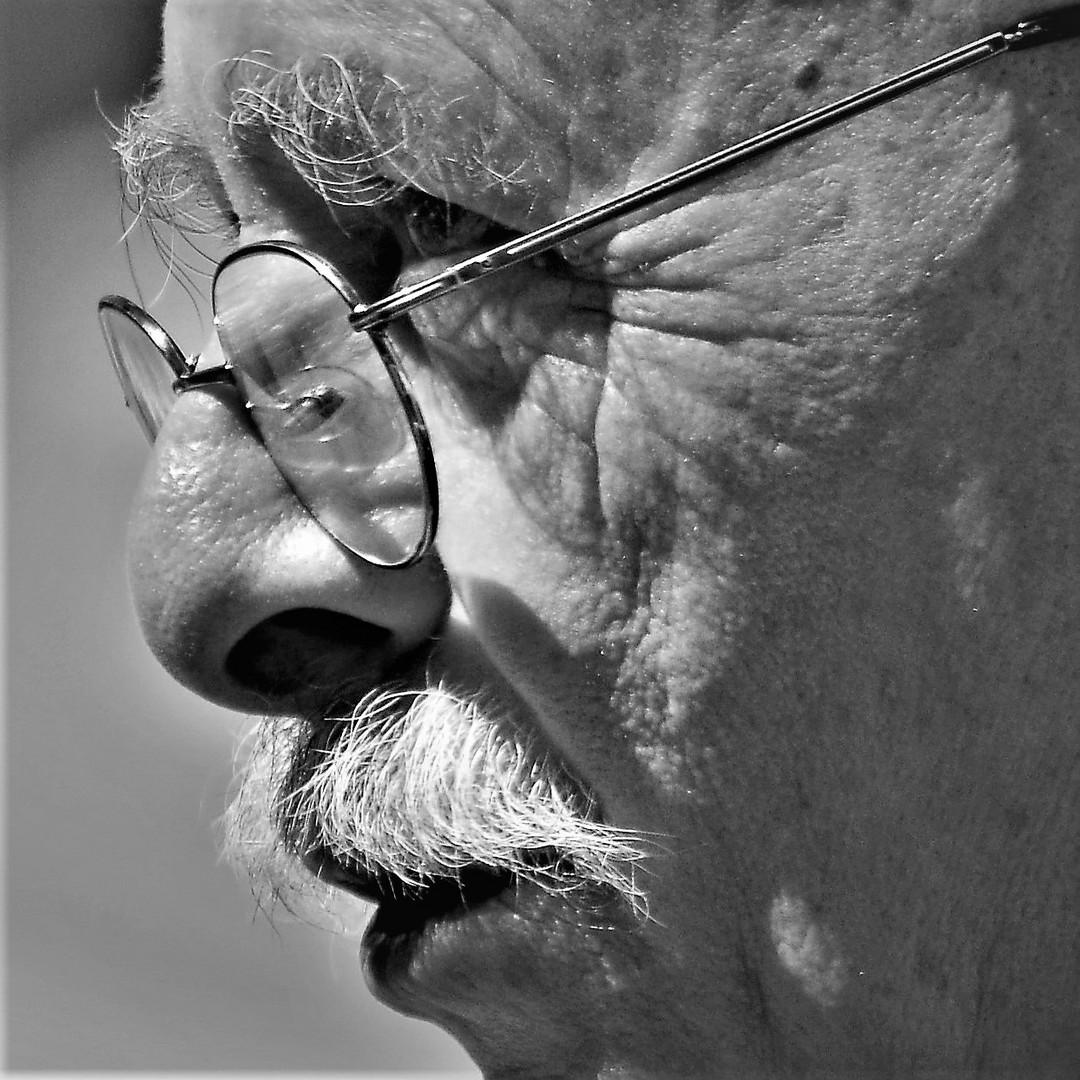 Un profilo...coi baffi!