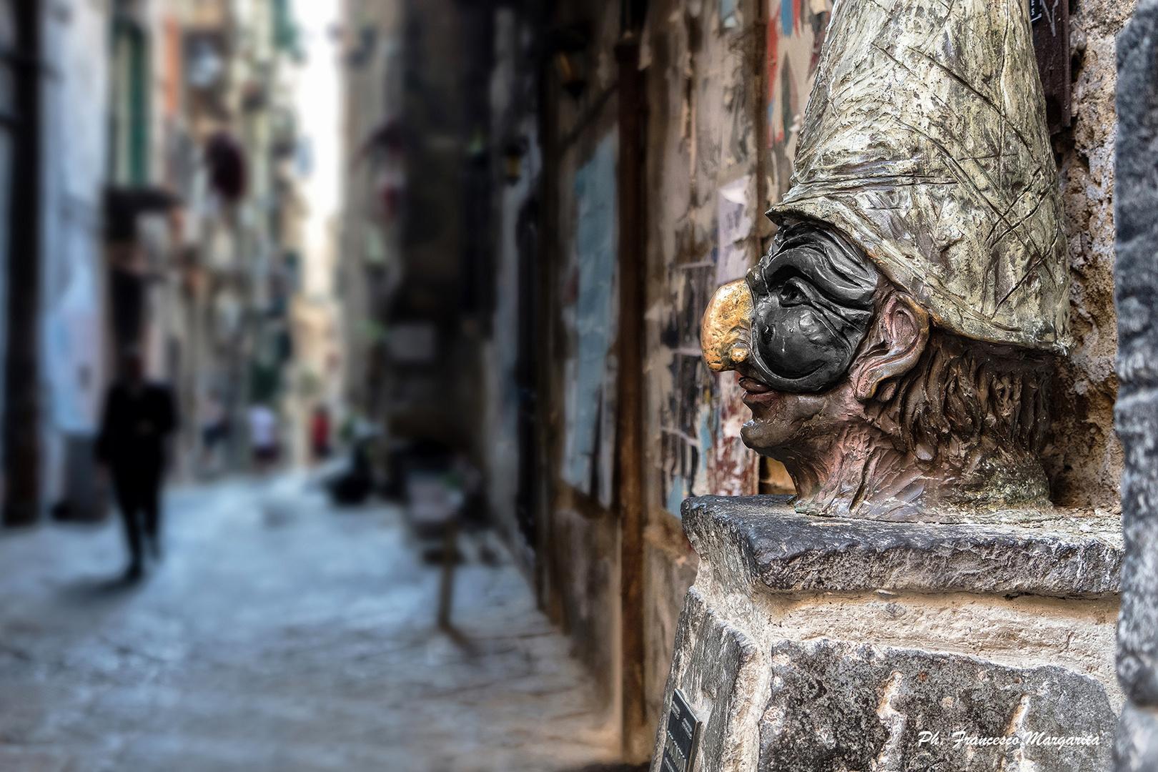 Un Pulcinella di bronzo, in vico Fico del Purgatorio