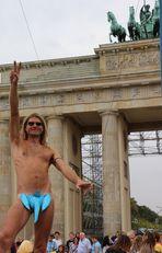 """Un simpatico """"manifestante"""" quasi nudo, sotto la porta di Brandeburgo...."""