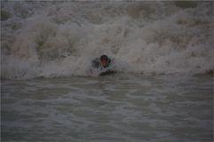 ..Un surfeur courageux, dans la manche..