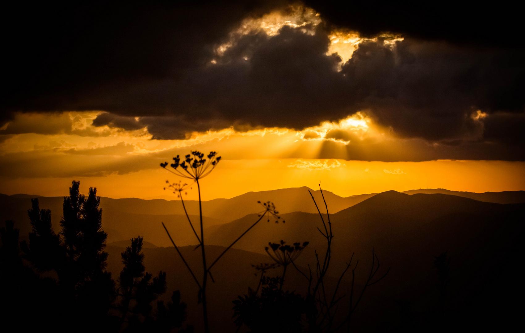..un tramonto tra le montagne....