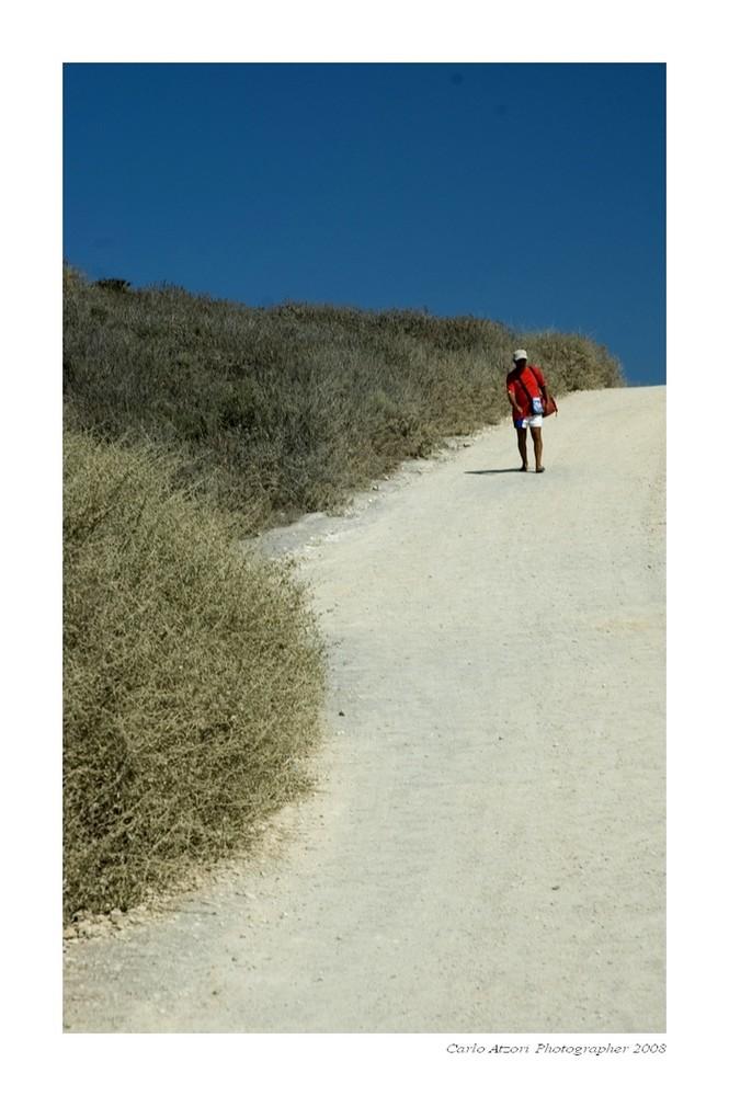 Un uomo cammina verso il mare