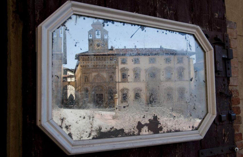 Un vecchio specchio su Piazza Grande