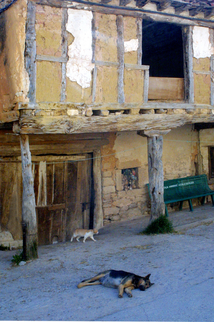 Una calle de Silos, el verano en Castilla