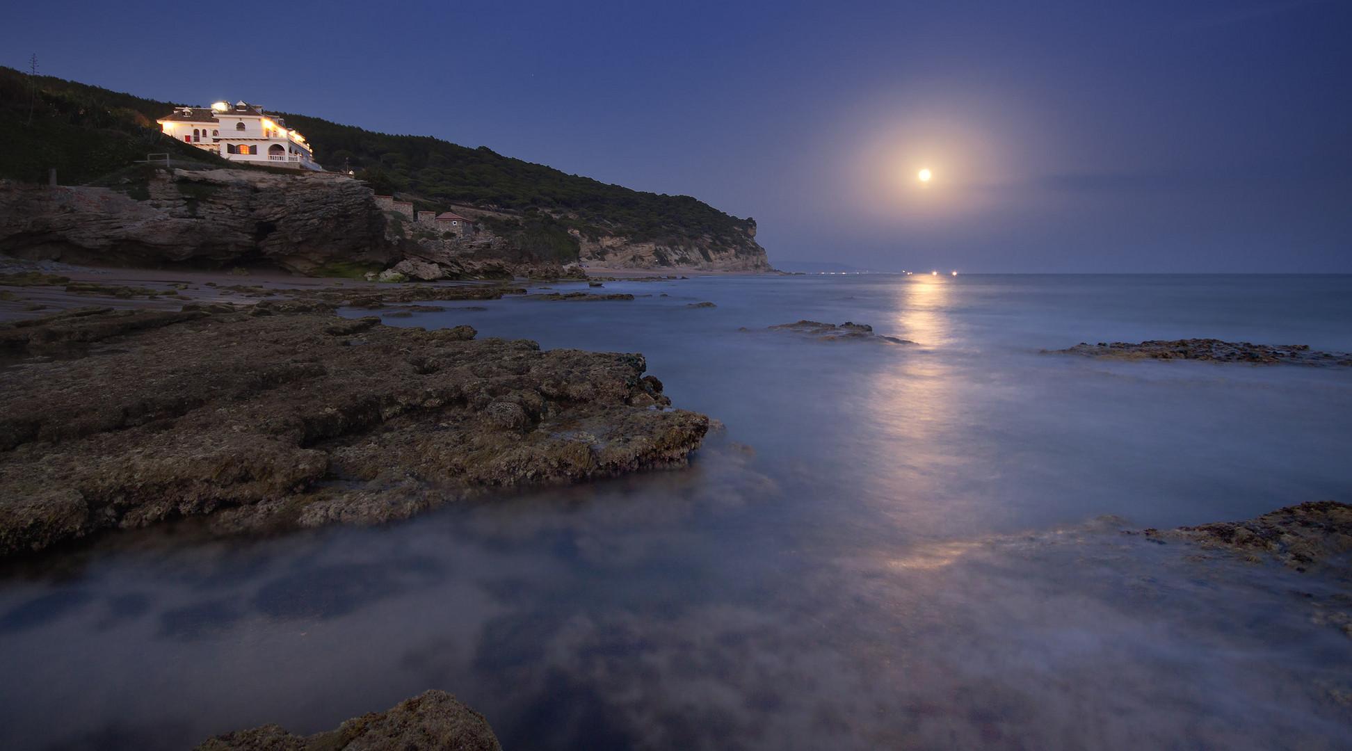 Una casita junto al mar. Y la luna...