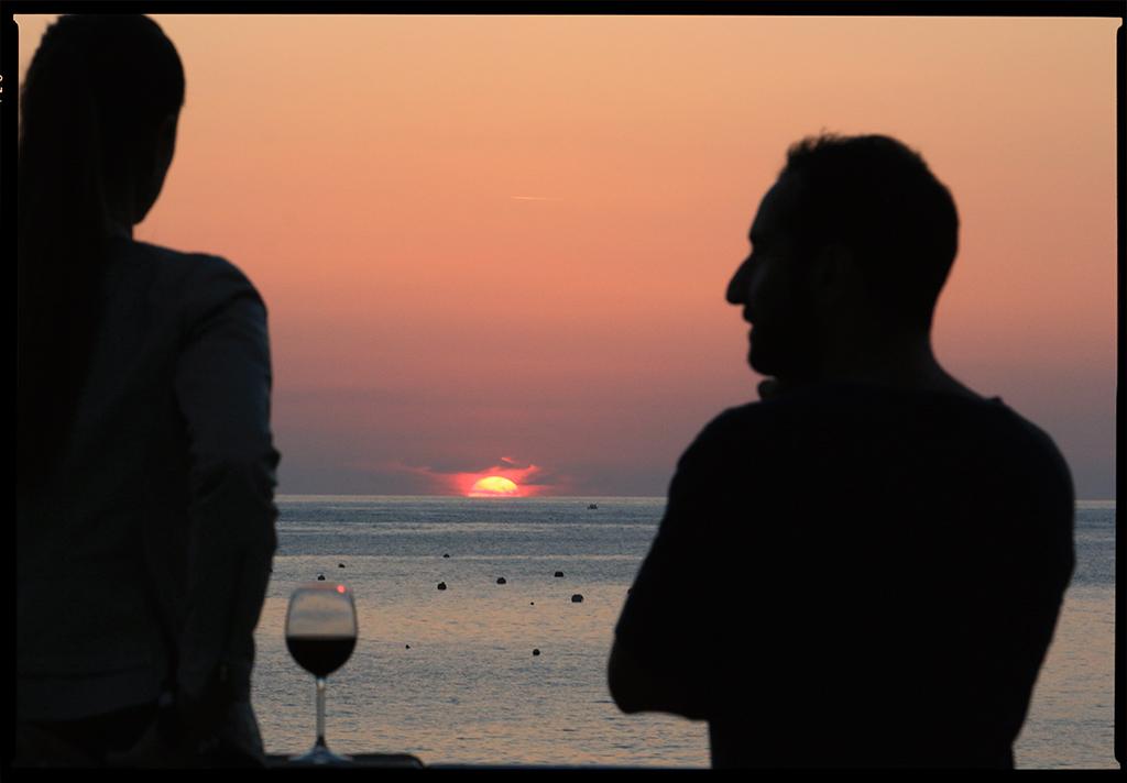 Una copa de vino, el sol y ella