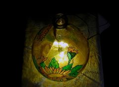 una damigiana trasparente diventata una lampada decorata