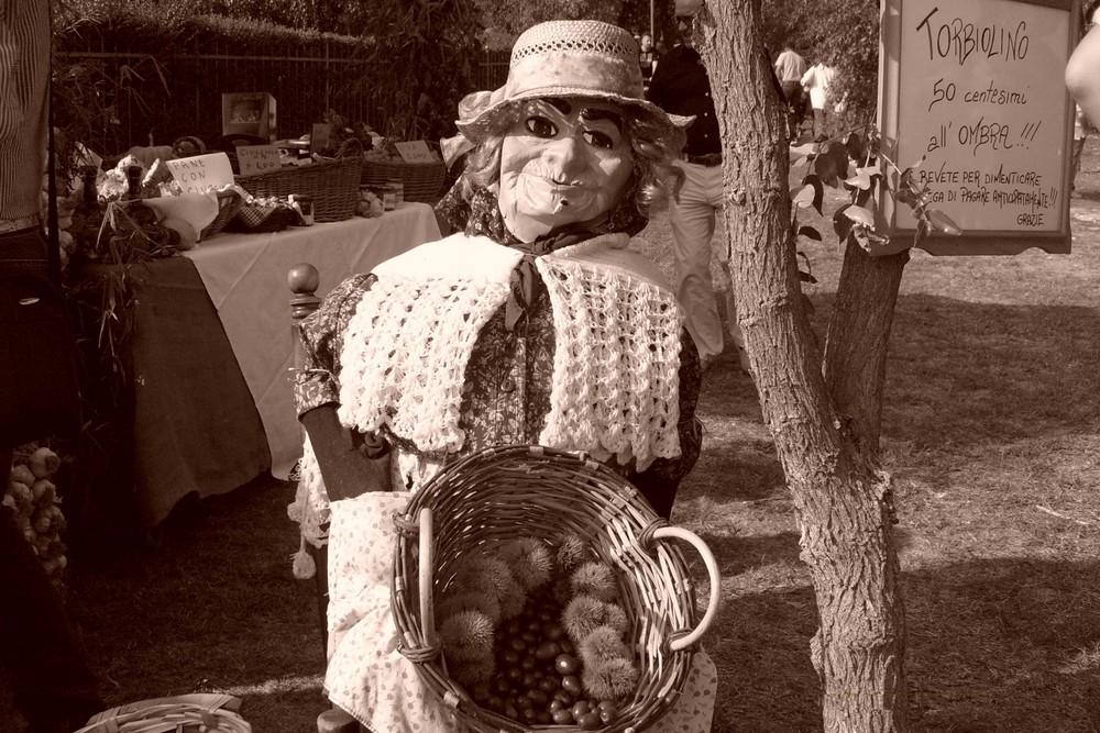 Una venditrice di castagne