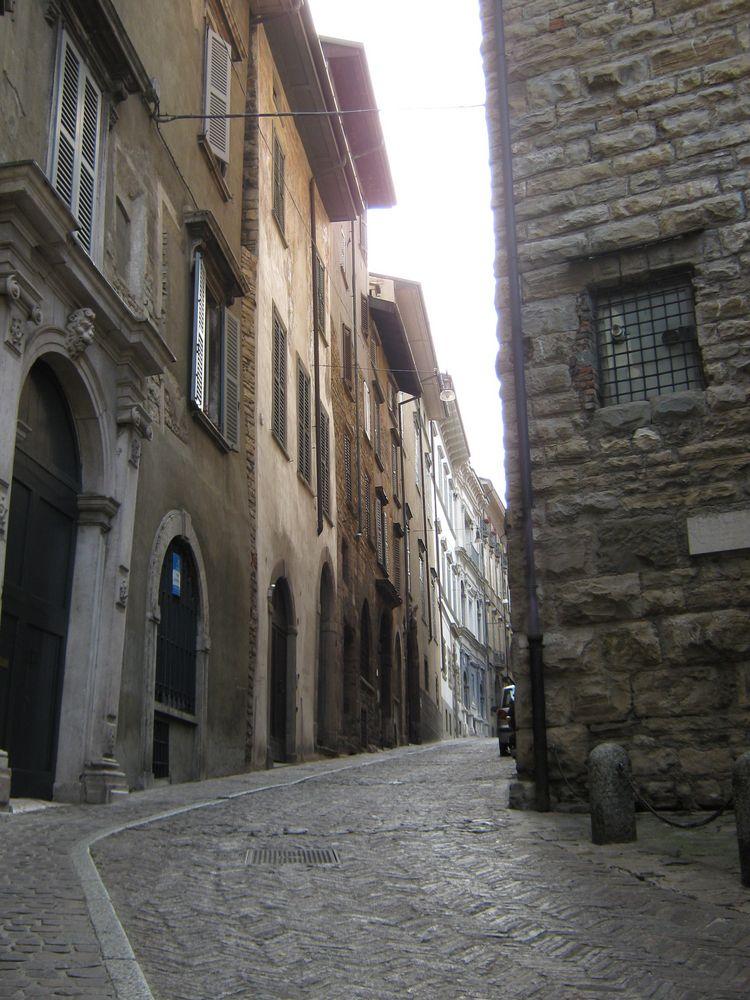 Una via del centro storico di bergamo alta foto immagini for B b bergamo alta