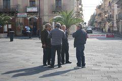 Un'accesa discussione nella piazza di Grammichele