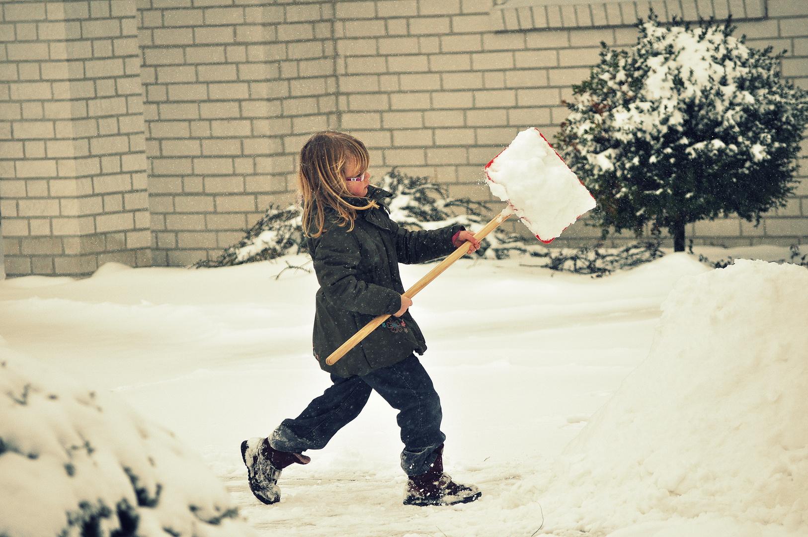 Und als der Schnee plötzlich kam, mussten auch die Kinder ran