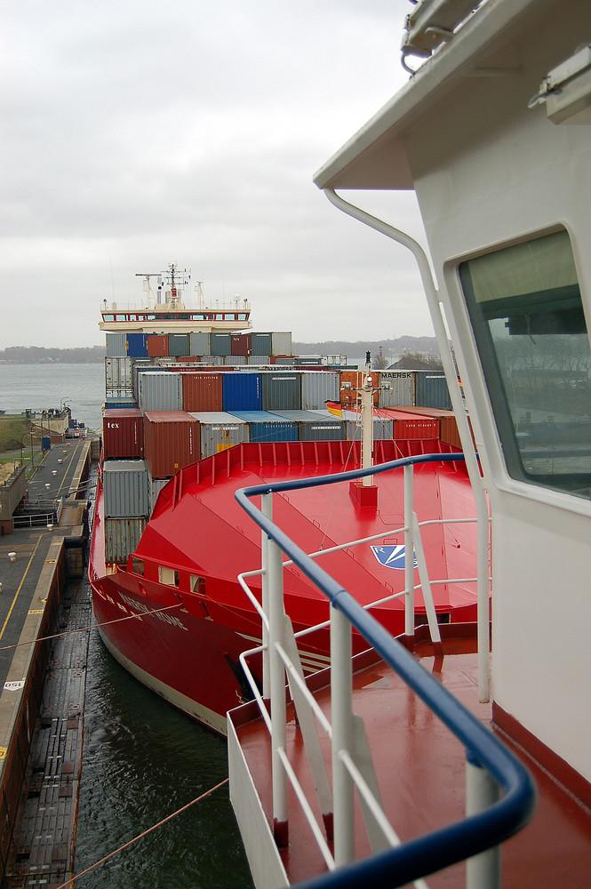 """Und dahinter die """"Maersk Rome"""",volle Schleusen in Kiel"""