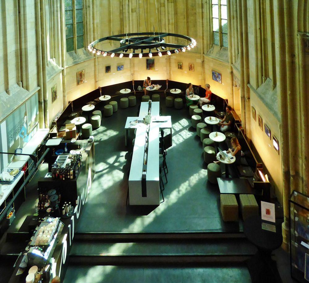 - und das Kaffee in der Bibliothek ...