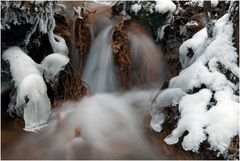 Und dem Bach wachsen Eis- und Schneefinger