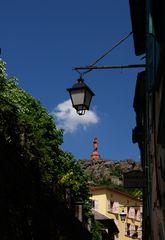 und hoch oben über der Stadt Le Puy,