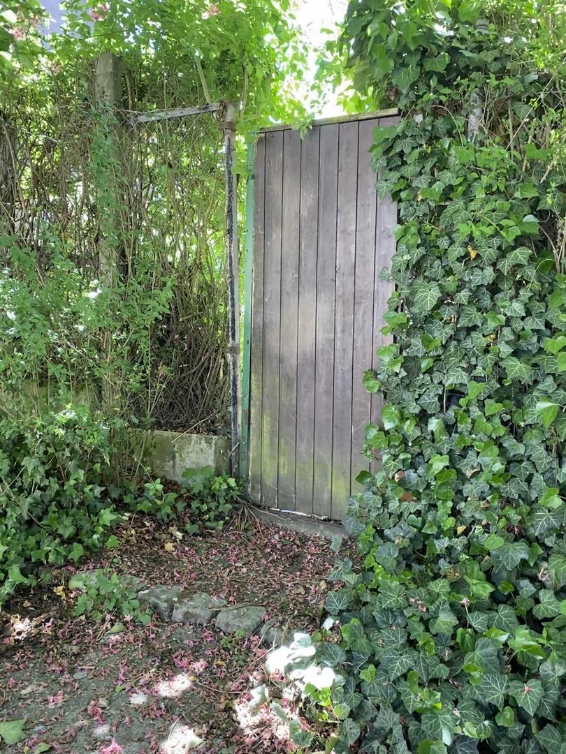 und mitten im Garten die alte Holztür
