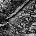 Und mitten zwischen Olivenhainen kleine Steinhäuser