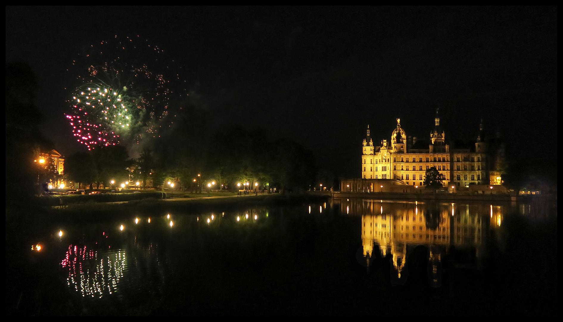 Und plötzlich auch noch Feuerwerk ... :-)