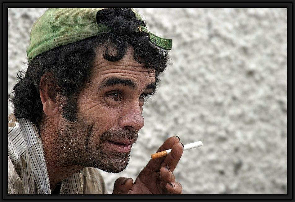 ... und raucht heimlich diese zigarette, ...