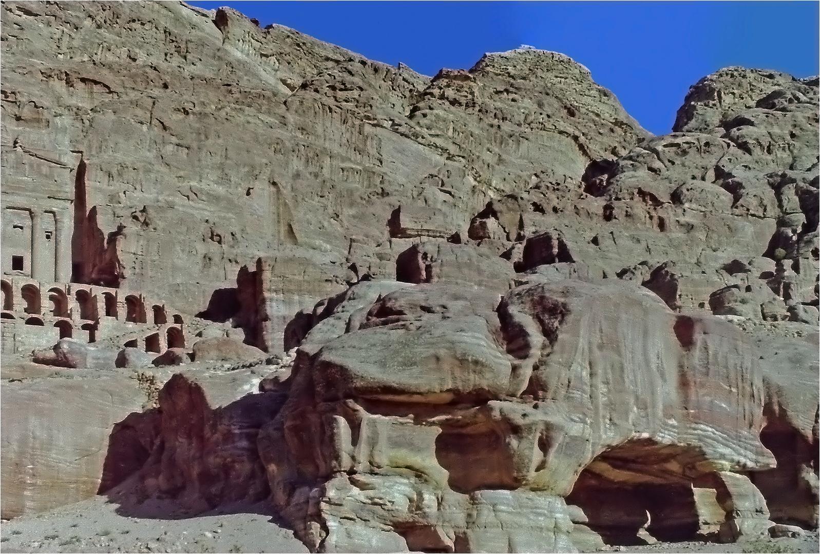 Une autre vue de tombeaux  -- Petra