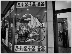 Une cigogne à vélo