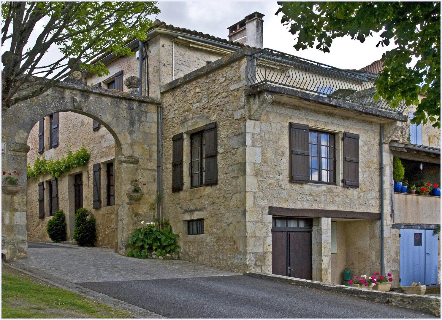 Une des portes du village fortifié de Terraube  --  Gers
