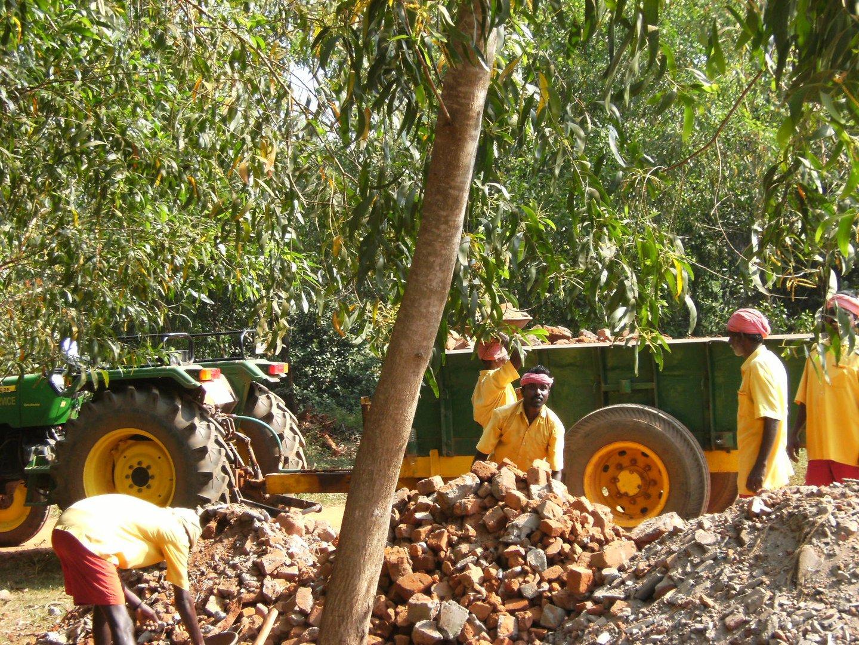 Une équipe de cantonniers à Auroville