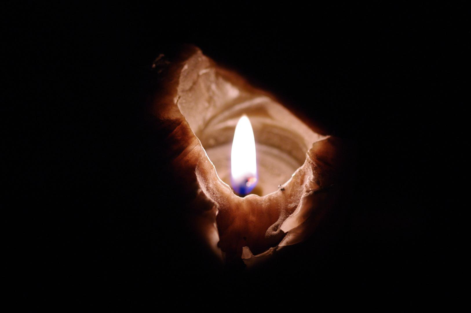 Une flamme dans la nuit