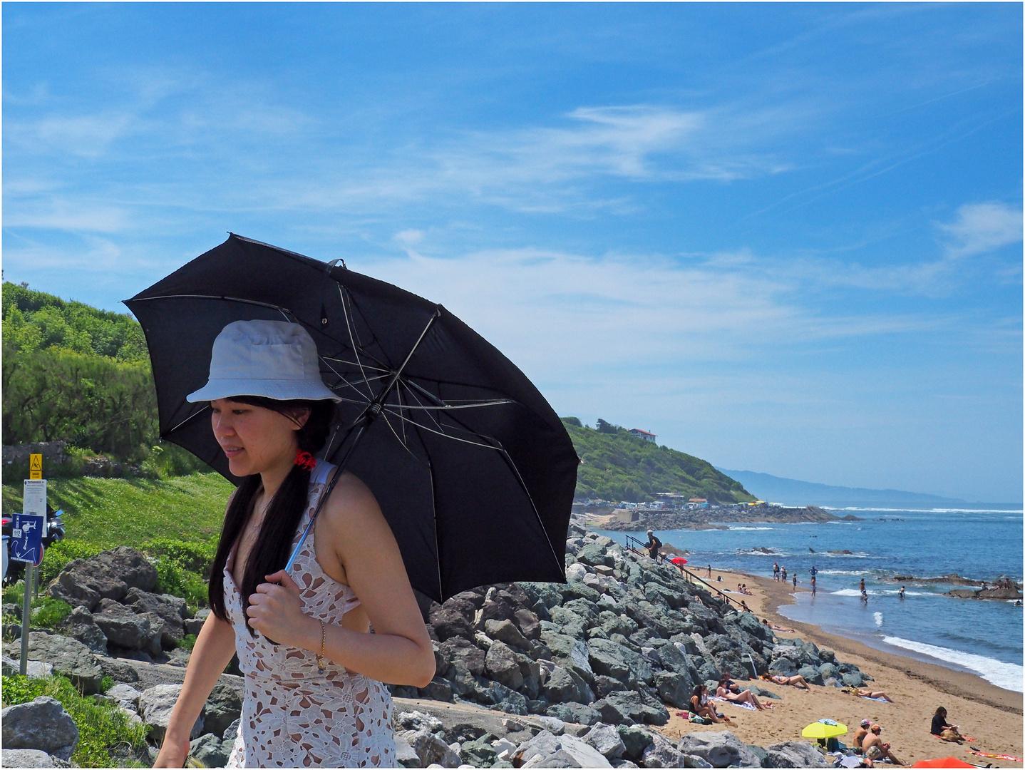 Une japonaise (et son ombrelle / parapluie) sur la côte basque.