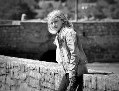 Une jeune fille dans le vent