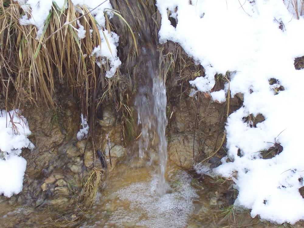 une mini cascade parmi la neige de février en lorraine