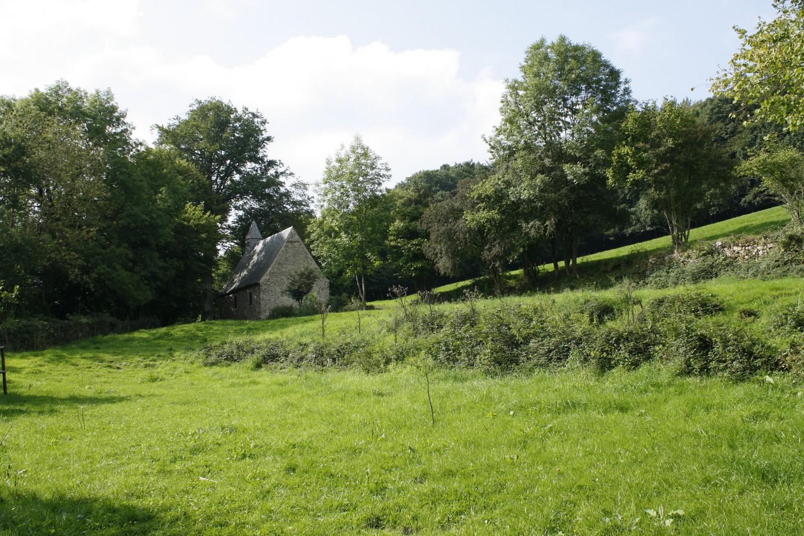 une petite chapelle dans la nature