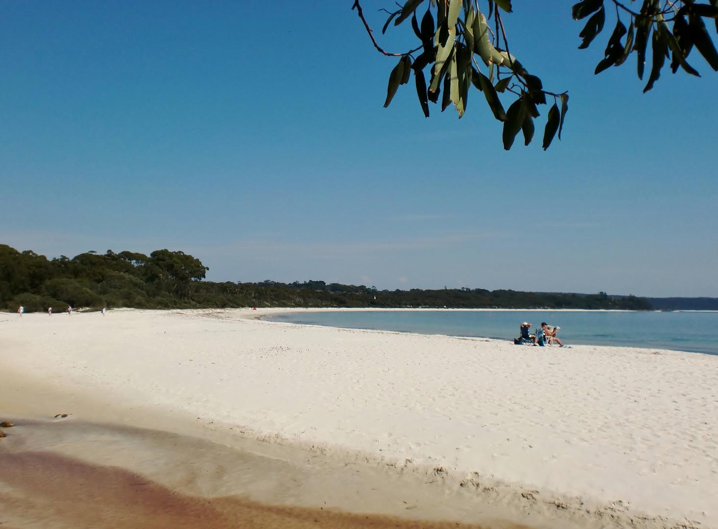 Une plage de sable blanc