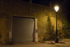 une porte de garage et une bicyclette