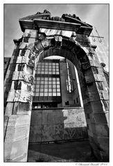 Une vieille porte s'ouvre sur la modernité
