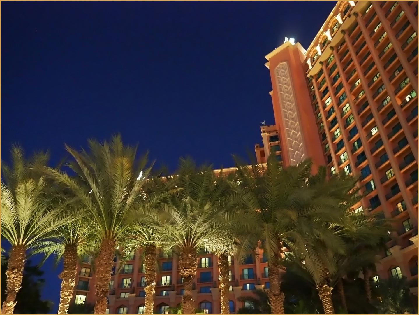 Une vue de l'Hôtel Atlantis à l'heure bleue tardive